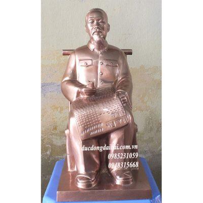 Tượng Bác Hồ đọc báo nhân dân bằng đồng
