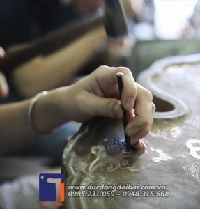 đục hoa văn trực tiếp lên sản phẩm đòi hỏi đôi tay người thợ phét cực kỳ khéo léo và tỉ mỉ